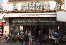 Färgrika tabeller och stolar i trottoarkafét Paris, Frankrike Royaltyfri Foto