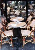 Färgrika tabeller och stolar i trottoarkafét Paris, Frankrike Arkivbild
