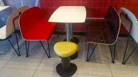 Färgrika tabeller, stolar och stol Royaltyfri Foto