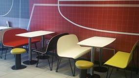 Färgrika tabeller, stolar och stolar Arkivfoto