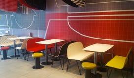 Färgrika tabeller, stolar och stolar Royaltyfri Fotografi