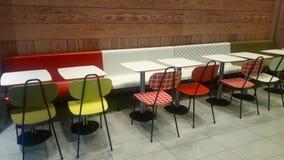 Färgrika tabeller, stolar och stolar Royaltyfri Foto