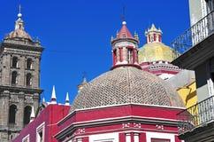 Färgrika tak i Puebla Mexico Arkivbilder