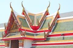 Färgrika taktegelplattor och guld- gaveltopparkitektur royaltyfria bilder