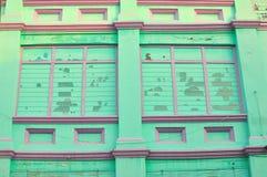 Färgrika tappningfönster på ett shoppahus i Penang, Malaysia Royaltyfri Bild