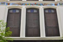 Färgrika tappningfönster på ett shoppahus i Penang, Malaysia Fotografering för Bildbyråer