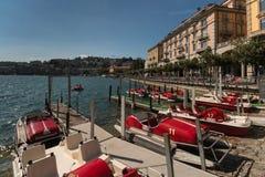 Färgrika tappningpedalos som förtöjas på sjön Lugano Royaltyfria Bilder