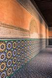 Färgrika tegelplattor i Ben Youssef Madrasa Arkivfoto