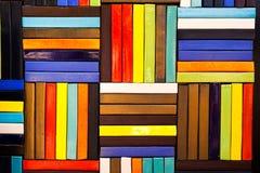 Färgrika tegelstenar dekorerar på väggen Arkivfoto