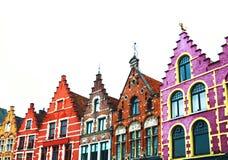 Färgrika tegelstenhus i Bruges, Belgien Arkivbilder