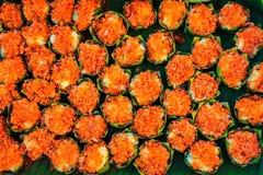 Färgrika thailändska efterrätter som packades i runda banansidor ordnade Beautifully royaltyfria bilder