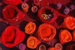 Färgrika tikapulver i en indisk marknad Arkivbild