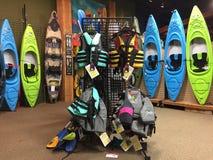 Färgrika till salu kanoter och liftjackets royaltyfri bild