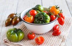 Färgrika tomater i en bunke Royaltyfri Bild