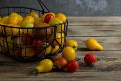 Färgrika tomater i korgen Royaltyfri Fotografi
