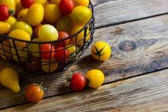 Färgrika tomater i korgen Royaltyfria Foton