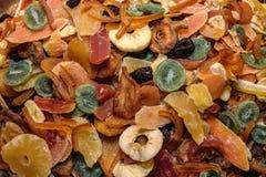 Färgrika torkade tropiska exotiska frukter för smaklig söt blandning Ananas äpple, banan, papaya, kiwi, guava, mango Arkivfoto