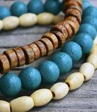 Färgrika träarmband på gammal träbakgrund Handcrafted armringar Arkivfoto