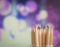 Färgrika träblyertspennor på färgrik bakgrund Royaltyfri Foto