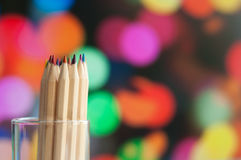 Färgrika träblyertspennor på färgrik bakgrund Fotografering för Bildbyråer