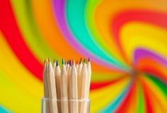 Färgrika träblyertspennor på färgrik bakgrund Arkivfoto