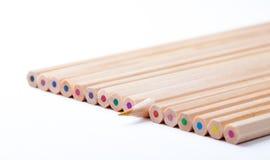 Färgrika träblyertspennor på vit bakgrund Royaltyfri Bild