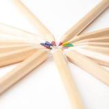 Färgrika träblyertspennor på vit bakgrund Arkivbild
