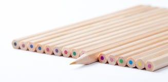 Färgrika träblyertspennor på vit bakgrund Arkivbilder