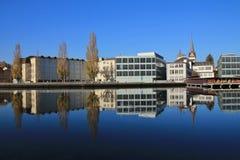 Färgrika träd och byggnader som avspeglar i flodRhen royaltyfria bilder