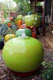 Färgrika trädgårdkrukor Arkivfoto