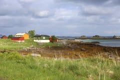 Färgrika trähus i färgrikt landskap Royaltyfria Foton
