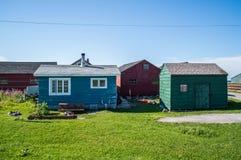 Färgrika trähus i Gros Morne National Park i Newfoundland arkivbild