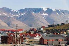Färgrika trähus längs vägen i sommar på Longyearbyen, Svalbard arkivbild