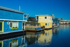 Färgrika träsväva hus på solig sommardag med blå himmel royaltyfria foton