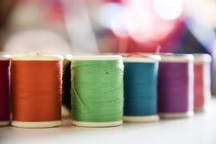 Färgrika trådar som skjutas med makrolinsen Royaltyfria Bilder