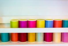 Färgrika trådrullar som används i tyg- och textilbransch med kopieringsutrymme fotografering för bildbyråer