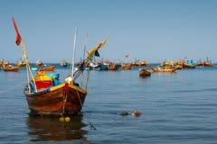 Färgrika traditionella fiskebåtar fotografering för bildbyråer