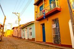 Färgrika traditionella hus i den koloniala staden av Trinidad, Kuba Fotografering för Bildbyråer
