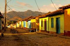 Färgrika traditionella hus i den koloniala staden Trinidad, Kuba Royaltyfri Bild