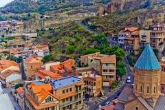 Färgrika traditionella hus med träsned balkonger i den gamla staden av Tbilisi Royaltyfri Fotografi