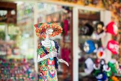Färgrika traditionella mexikanska keramikdiagram på gatamarknaden Royaltyfria Bilder