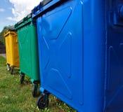 färgrika trashbins Arkivbild
