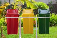 Färgrika trashcans i en parkera Royaltyfri Bild