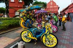 Färgrika trishaws som väntar på passagerare på holländarefyrkanten, Melaka Arkivbild