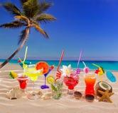 Färgrika tropiska coctailar på stranden på vit sand Fotografering för Bildbyråer