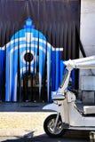 Färgrika Tuk-Tuk som parkeras i en Lissabon gata arkivbilder