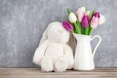 Färgrika tulpan och kanin kort easter Arkivfoto
