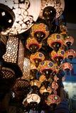 Färgrika turkiska lampor på den storslagna basaren Royaltyfri Fotografi