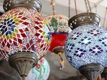 Färgrika turkiska mosaiklampor i ett lager Arkivfoto