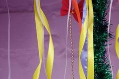 Färgrika tygband Lek av rött, blått, rosa färger och annan färgar Abstrakt modell eller textur Royaltyfria Foton